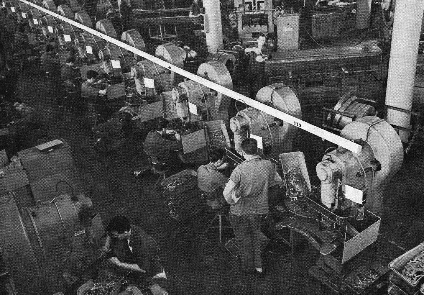 Stabilimento Olivetti di Pozzuoli - Reparto Presse: gli operai al lavoro con l'attrezzatore in piedi e alcuni macchinari inoperosi.