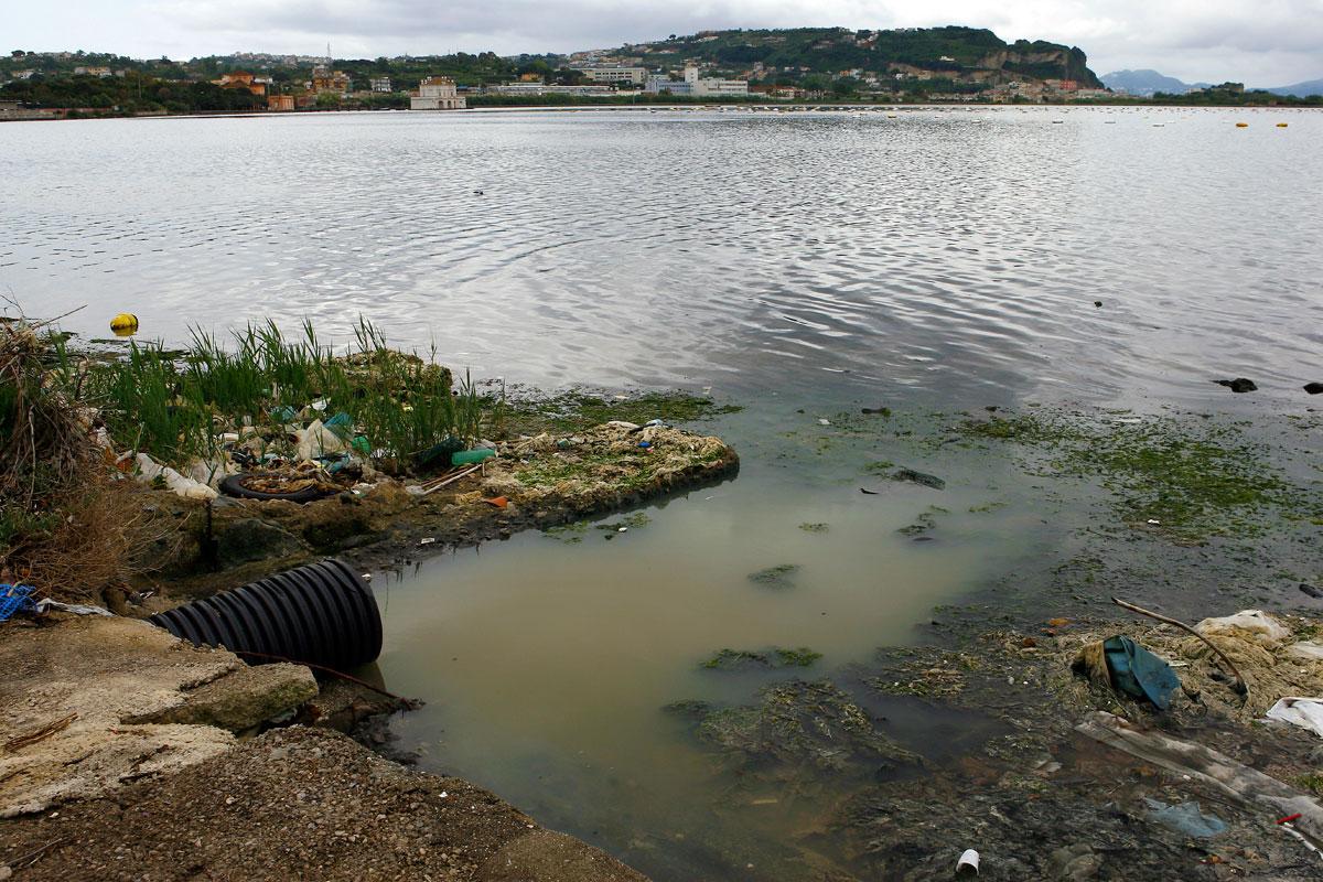 Il lago Fusaro, tra le aree più inquinate di Bacoli (Foto di Paolo Visone).