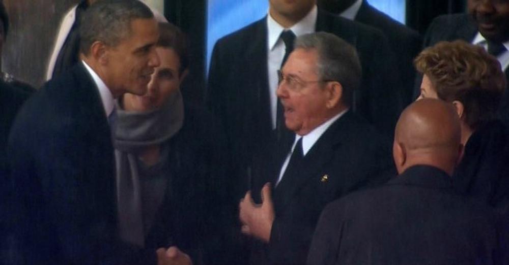 La stretta di amno tra Barack Obama e Raul Castro al Memorial Mandela.
