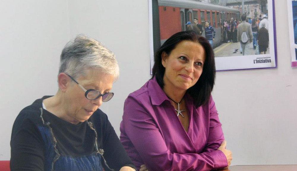 """A destra: Matilde Iaccarino, autrice del libro """"Quattordici"""", che ha incontrato le detenute di Pozzuoli; a sinistra, Maria Gaita, che dirige insieme a Francesca Di Bonito il laboratorio di scrittura creativa"""