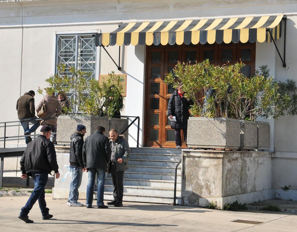Ingresso degli uffici Asl di Monterusciello (Foto di Paola Visone)