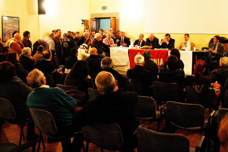 Il momento dell'intervento del Sindaco di Pozzuoli Vincenzo Figliolia all'assemblea sulle politiche abitative promossa dal Sunia. (FOTO DI PAOLO VISONE)