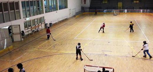 I ragazzi della squadra Hockey Napoli durante i loro allenamenti al Palazzetto dello Sport di Monterusciello (Foto di Pina Castaldo)
