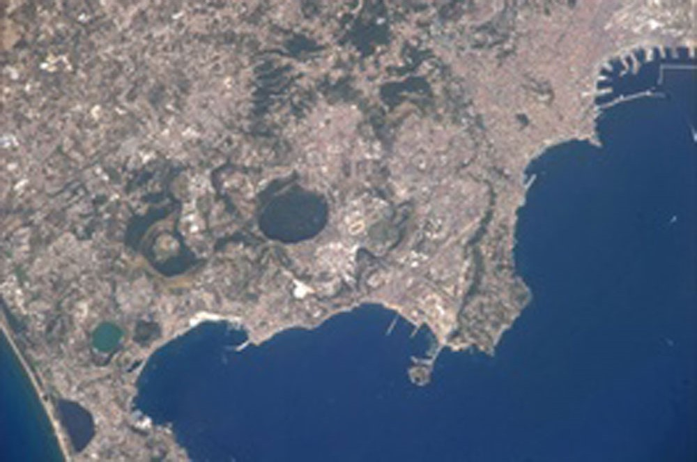 La foto della caldera dei Campi Flegrei postata su twitter dall'astronauta Luca Parmitano direttamente dalla Stazione spaziale Internazionale.